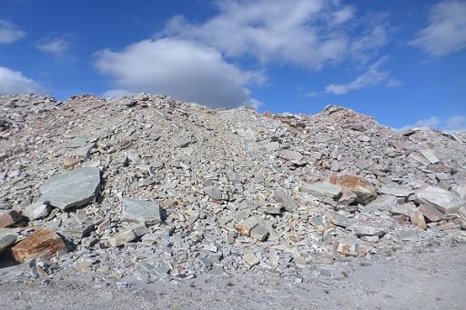 Pilha de rejeitos em lavra de quartzito. Fonte: Semad.